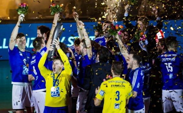 Libero Markus Steuerwald jubelte Ende Januar mit seinen Mitspielern über den Pokalsieg (Foto: Nils Wüchner, nils-wuechner.de)