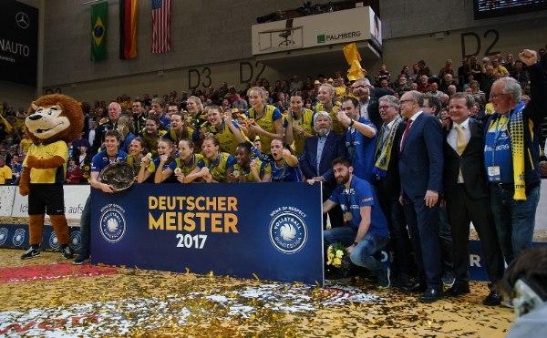 Der SSC Palmberg Schwerin bejubelt die Deutsche Meisterschaft (Foto: SSC / Michael Dittmer)
