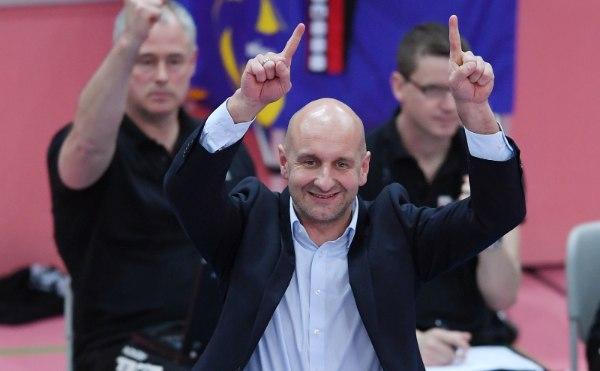 Hans Peter Müller-Angstenberger freut sich mit seinem Team (Foto: Pressefoto ULMER/Markus Ulmer)