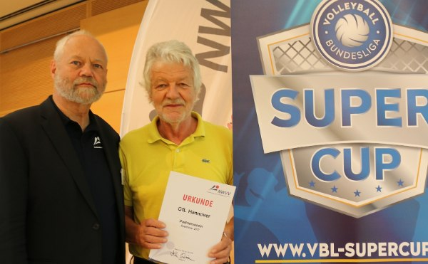 NWVV-Präsident Klaus-Dieter Vehling übermittelte Wolf-Werner Lutze (GfL Hannover) die Nachricht, den Zuschlag als Supercup-Partnerverein bekommen zu haben (Foto: Nordwestdeutscher Volleyball-Verband)