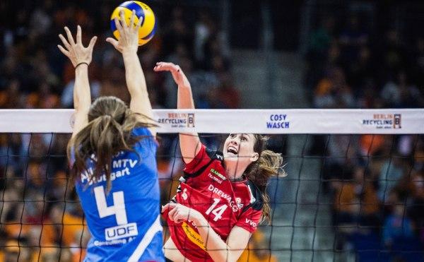 """""""Liz"""" Mc Mahon (rotes Trikot) holte in der Saison 2016/17 die meisten Punkte in der Volleyball Bundesliga (Foto: Sebastian Wells, sebastianwells.de)"""