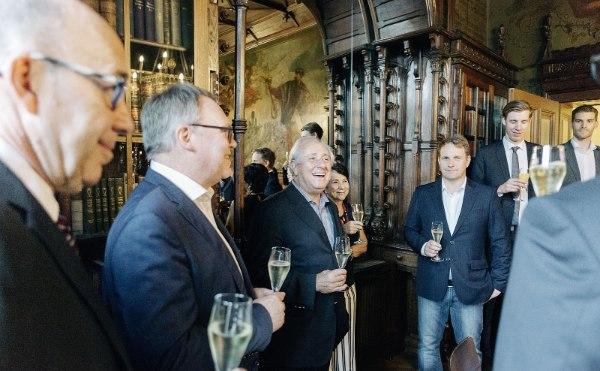 Klaus-Peter Jung (2.v.l) suchte das Gespräch mit Dr. Ary Graça (3.v.l.) (Foto: Marcus Windus/DVV)