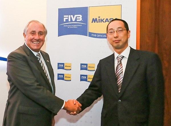 FIVB-Präsident Ary S. Graça und Präsident der Mikasa Corporation Yuji Saeki verlängern ihre Zusammenarbeit (Foto: FIVB/MIKASA)