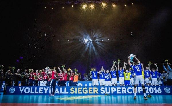 Tolles Bild beim Volleyball Supercup 2016: Stuttgart und Friedrichshafen jubeln (Foto: Sebastian Wells)
