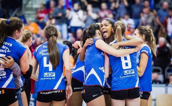 Freude bei den Stuttgarter Spielerinnen nach dem ersten Titelgewinn in diesem Jahr (Foto: Sebastian Wells)