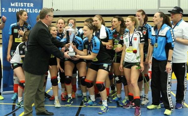 Bundesspielwart Gerald Kessing übergab den AllgäuStrom Volleys Sonthofen den Meisterschaftspokal (Foto: Peter Pilsener)